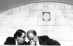 Jordi Pujol conversa con Lluís Prenafeta, en el Palau de la Generalitat, en septiembre de 1989.