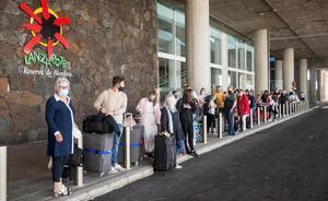 Varios turistas hacen cola para tomar un taxi a su llegada al aeropuerto César Manrique de Lanzarote .