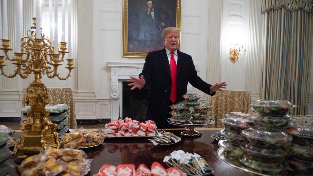 Donald Trump, en la Casa Blanca, con una mesa llena de 'fast food'.