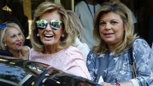 María Teresa Campos y su hija Terelu, a la salida del hospital.