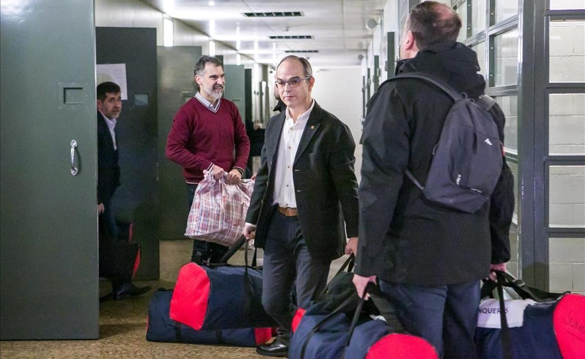 Jordi Sànchez, Jordi Cuixart, Jordi Turull y Oriol Junqueras cargan con sus bolsas durante su traslado a Madrid.
