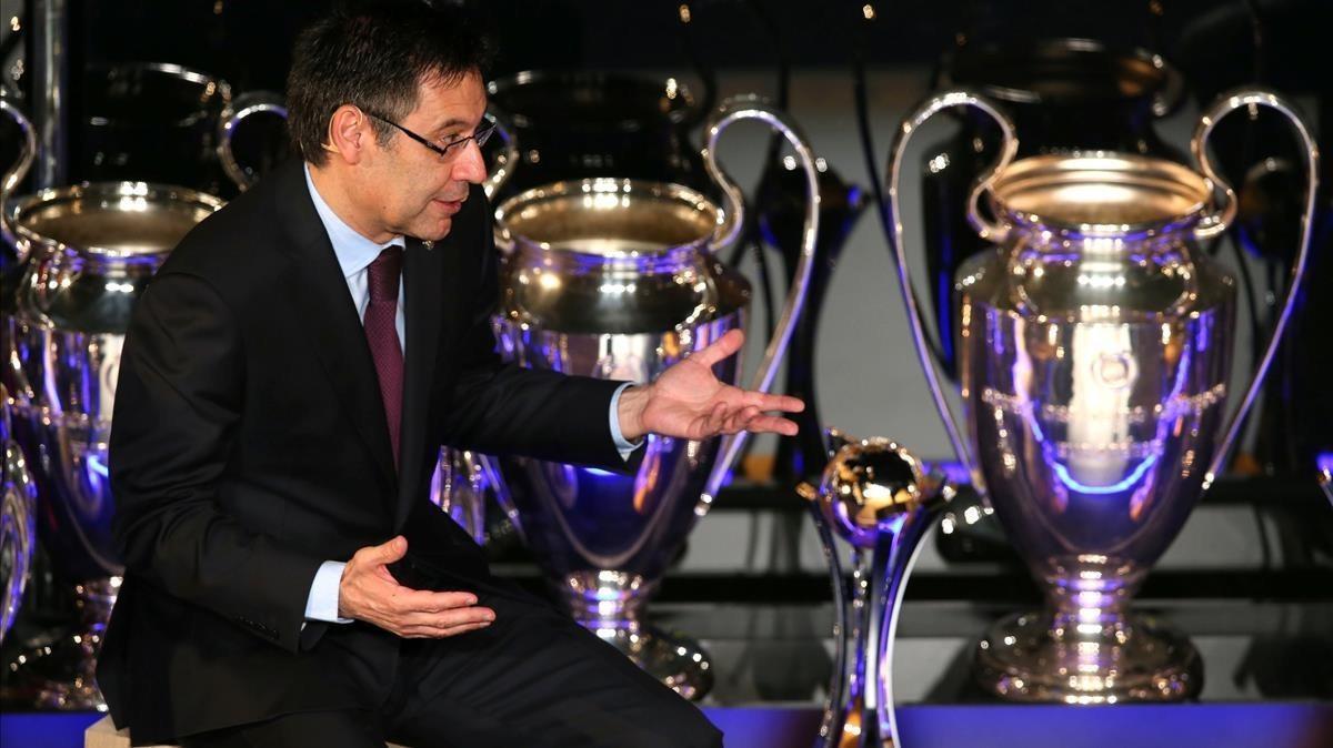 Josep Maria Bartomeu, con los trofeos conquistados por el Barça duranteel homenaje a Andrés Iniesta.