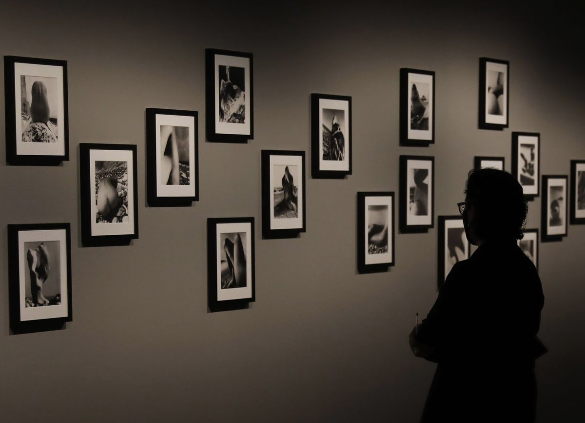 Una visitante ante unas fotografías de Bill Brandt, en la exposición a su paso por Barcelona.