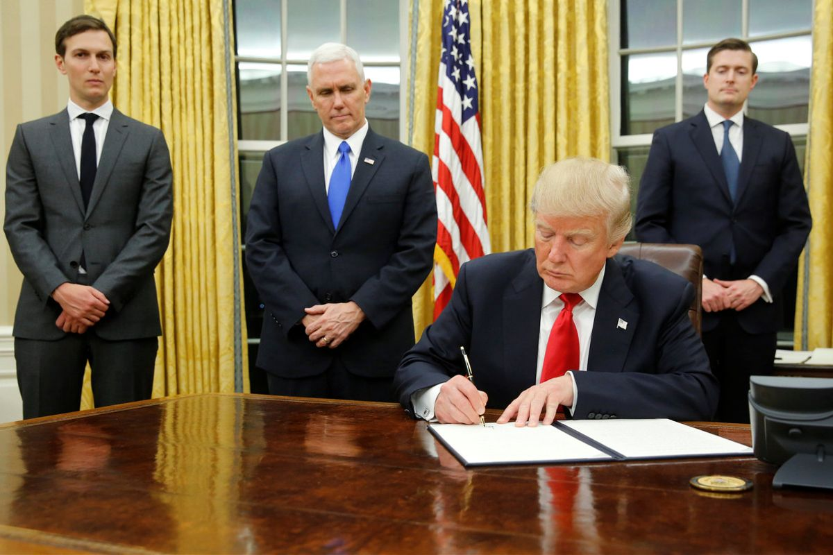 Trump firma sus primeros decretos en la Casa Blanca.