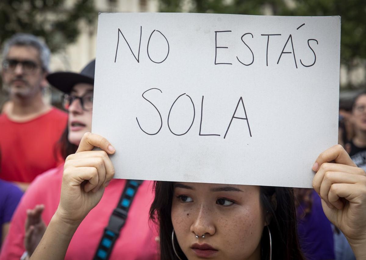 Manifestación de apoyo a la víctima de la Manada de Manresa en València, este lunes.