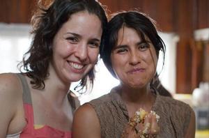 La realizadora Antonella Sudasassi con la protagonista de su película, Daniella Valenciano.