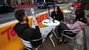 Las 1.300 terrazas ganadas a la calzada durante la pandemia en Barcelona podrán ser permanentes. En el vídeo, declaraciones de Jaume Collboni y Janet Sanz. En la foto, una terraza en la ronda de Sant Pau.