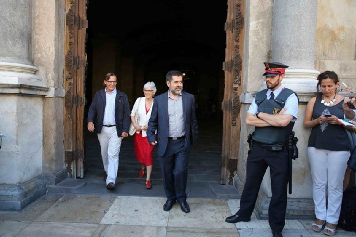 Los representantes de la ANC, Jordi Sánchez, Òmnium, Muriel Casals, y la AMI, Josep Maria Vila d'Abadal a la salida de la reunión en el Palau de la Generalitat.