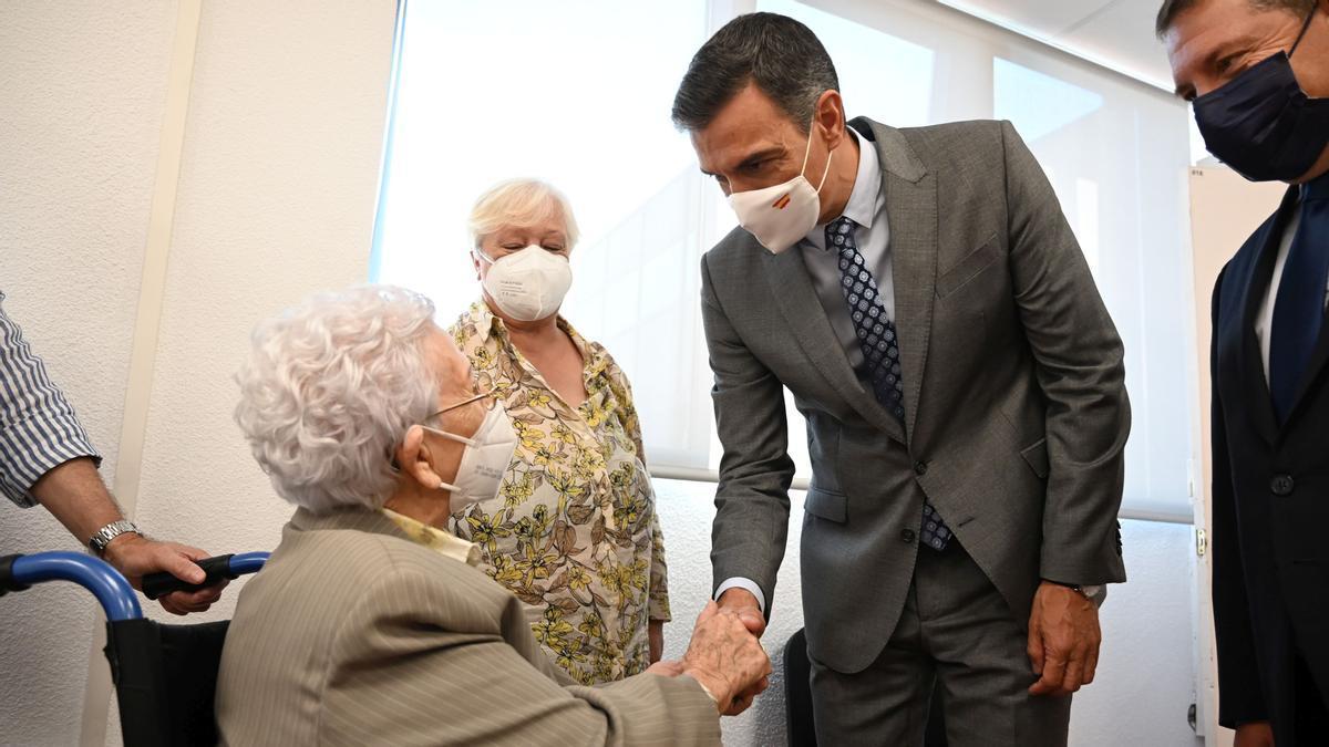 El presidente del Gobierno, Pedro Sánchez, saluda a Araceli Hidalgo, de 97 años, primera vacunada contra el coronavirus en España, durante el acto celebrado con motivo del 70% de la población inmunizada con pauta completa, este 2 de septiembre de 2021 en Guadalajara.