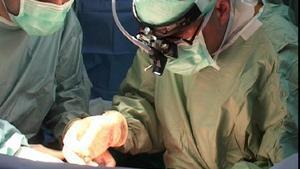 Un cirujano, durante una intervención de trasplante de hígado.