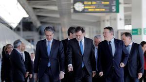 Mariano Rajoy, entre el ministro de Fomento, Íñigo de la Serna (izquierda en la foto), y el presidente de la Comunitat Valenciana, Ximo Puig, en la estación Joaquín Sorolla de Valencia antes de la salida hacia Castelló.