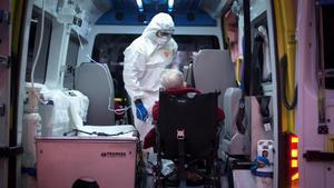 Un sanitario traslada a un anciano en ambulancia en Ourense, el pasado 27 de marzo.