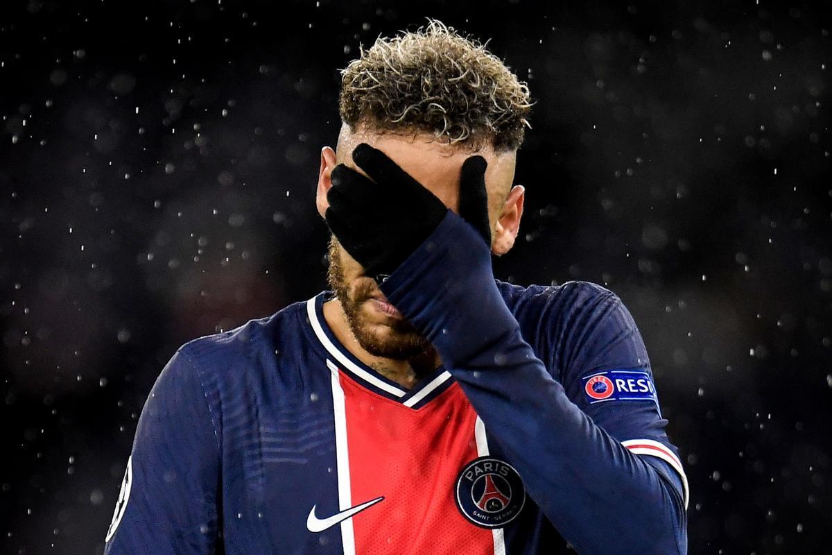 Neymar, abatido en el Etihad tras perder con el Manchester City.