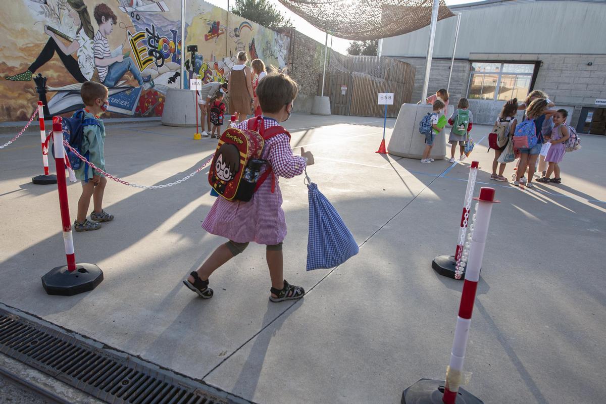 Primer día de clase en el colegio Josep Madrenys de Vilobí d'Onyar.