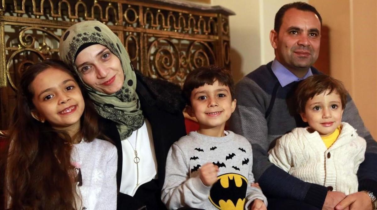Bana Alabed con su madre, Fatemah Alabed, su hermano Nour C., su padre Ghassan Alabed t su hermano menor Laith R., durante unaentrevista en Ankara (Turquía).El 22 de diciembre de 2016.