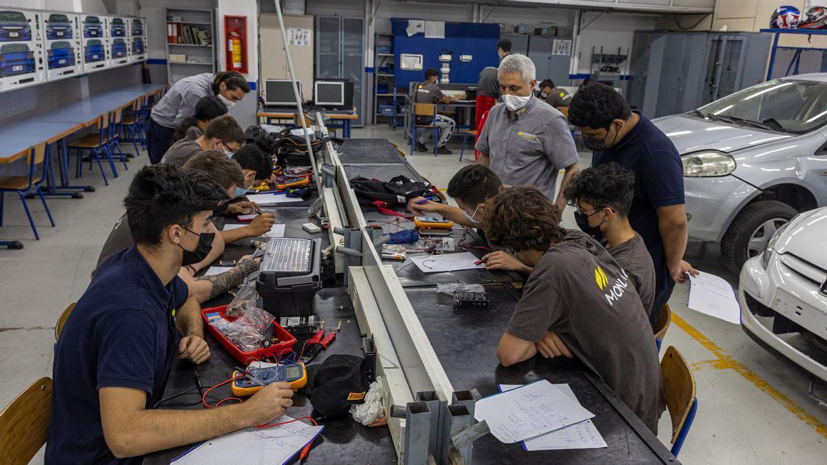 Alumnos de grado medio de Electromecánica, en la escuela Monlau de Barcelona.