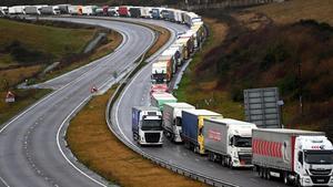 Numerosos camiones hacen cola para abordar los transbordadores en el puerto de Dover, el pasado 11 de diciembre.