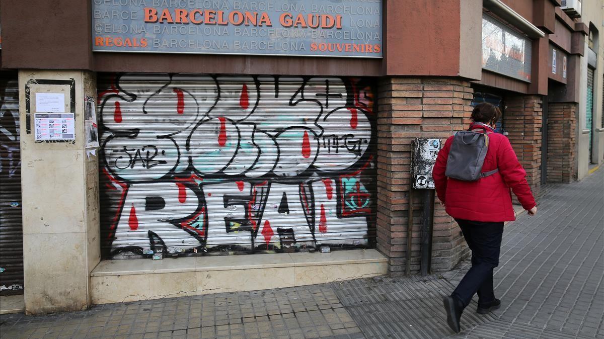 Una tienda de recuerdos cerrada, frente a la Sagrada Família, en Barcelona.