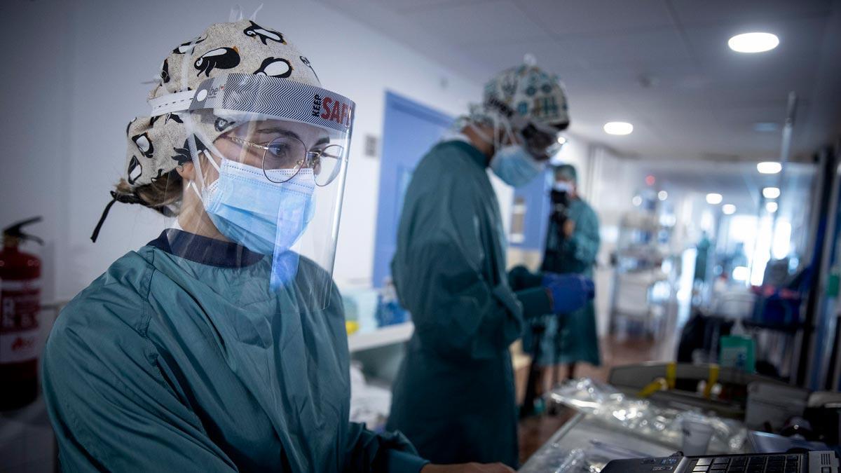 Médicos en la planta dedicada a enfermos con covid del Hospital del Mar.