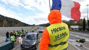Chalecos amarillos protestan en una autopista francesa.
