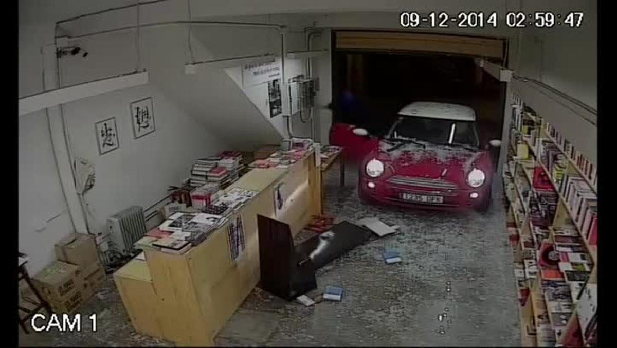 El robo, captado por las cámaras de la librería Calders, a las tres de la madrugada
