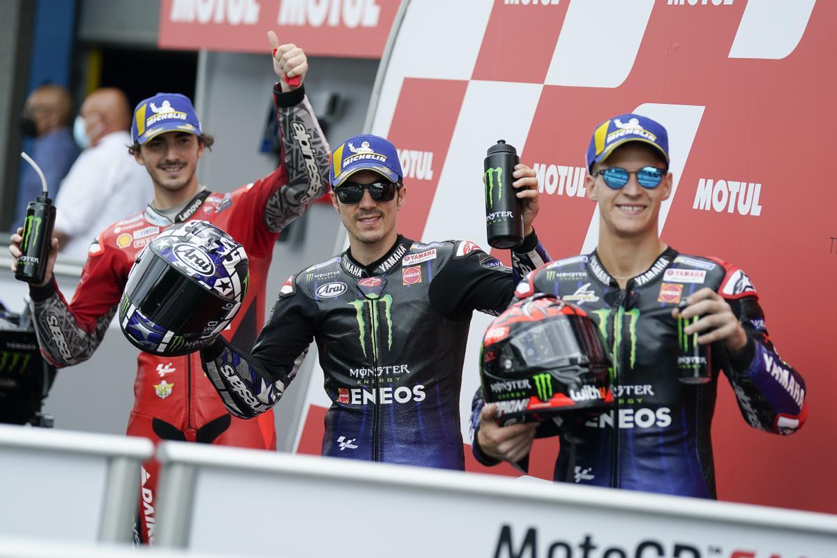Maverick Viñales, en el centro, entre 'Pecco' Bagnaia, a la izquierda, y el líder del Mundial de MotoGP, Fabio Quartararo.