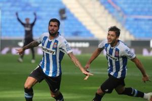 Fran Mérida celebra su gran gol, seguido por Óscar Gil.