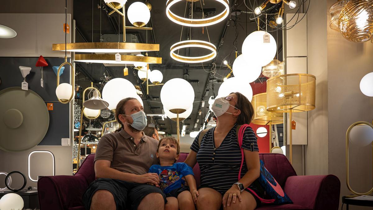 Subida histórica del precio de la luz. Interior de tienda de lámparas