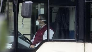 Un conductor de autobús conduce con mascarilla FPP2 a finales de abril en Barcelona.