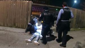 Un video de la Policía de Chicago muestra a un agente disparando fatalmente a Adam Toledo, de 13 años, cuando el niño tenía las manos en alto