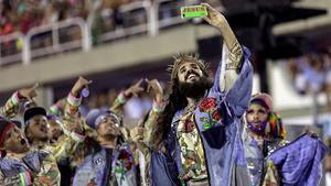 Miembros de la escuela de samba Mangueira celebran el carnavalen el sambódromo de Río.