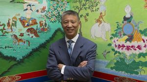 Han Lianchao, sonriente, en la sede de la Casa del Tíbet, en Barcelona, el pasado diciembre.