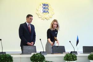El presidente del Gobierno, Pedro Sánchez, junto a la primera ministra de Estonia, Kaja Kallas, este 6 de julio en Stenbock House, la sede del Ejecutivo del país, en Tallin.