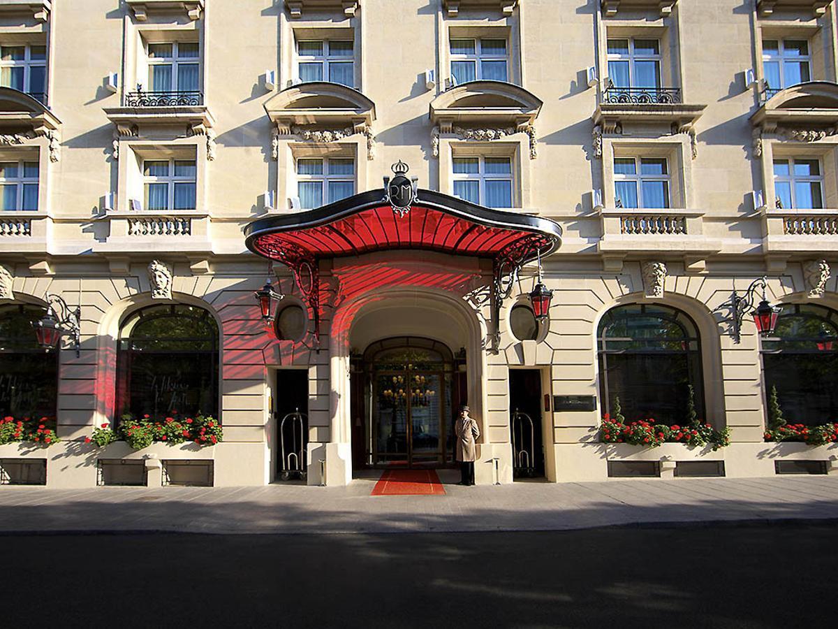 La entrada del 'Royal Monceau', con la famosa alfombra roja.