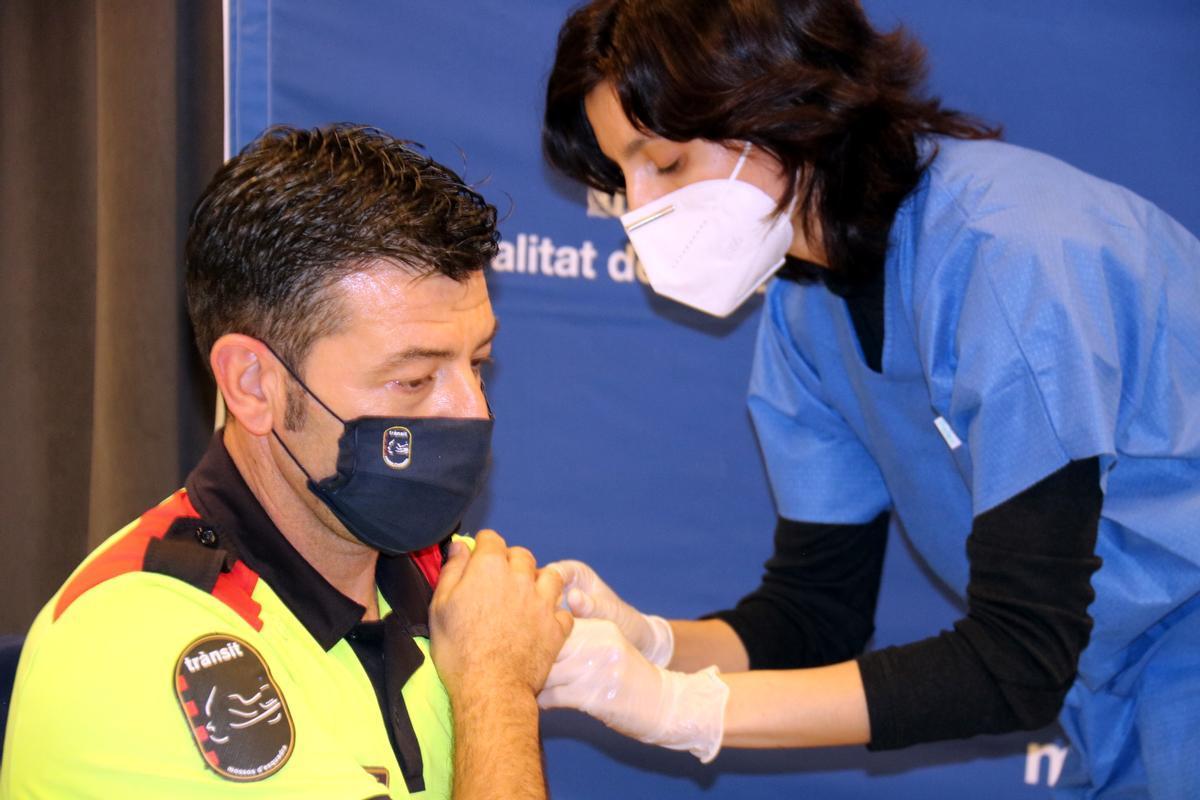 Vacunación de un agente de los Mossos d'Esquadra en Tortosa.