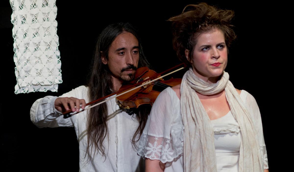 El violinista Joange acompaña musicalmente a Anna Tamayo durante toda la función.