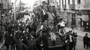 Un grupo de judíos se monta en un blindado británico mientras celebra la votación en la ONU a favor de la partición de Palestina, en noviembre de 1947.