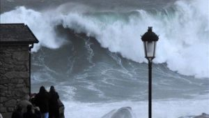 Tota la costa de Galícia, en risc per onatge i vent