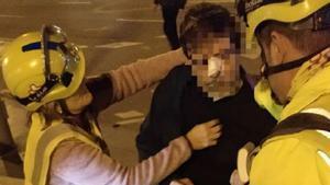 Los servicios de emergencias atienden al manifestante agredido en la Meridiana.