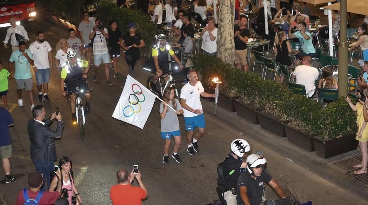 Àlex Corretja, con la antorcha olímpica, en la Rambla.
