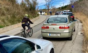 Embotellamiento por un control policial que corta el acceso a la Carretera de les Aigües.