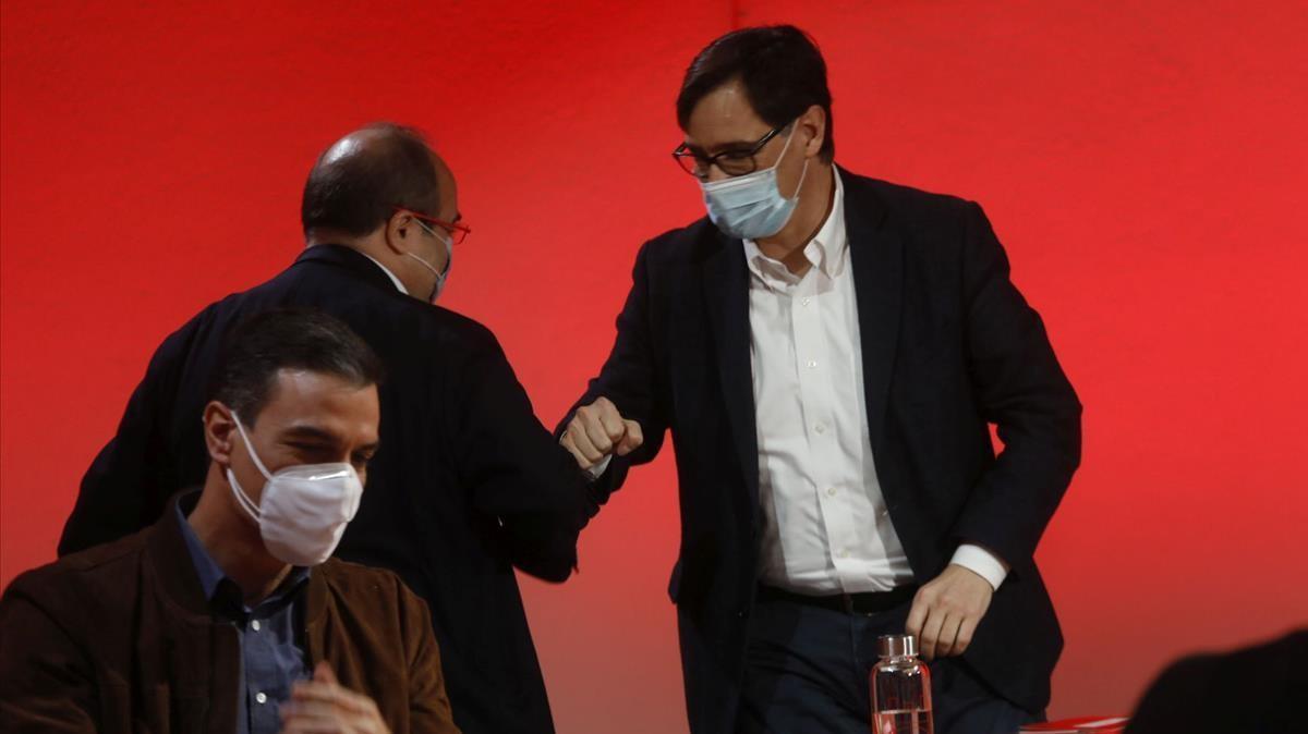 Miquel Iceta saluda a Salvador Illa durante el Comite Central del PSOE, en Barcelona, el 23 de enero.
