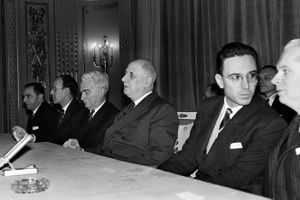 Fotografía que data de enero de 1963, con el entonces presidente de Francia Charles de Gaulle en el centro de la imagen un acto de la Ecole Nationale d'Administration (ENA).