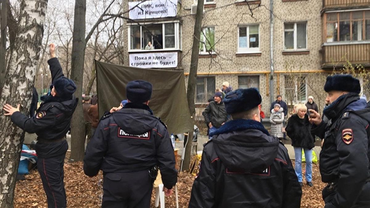 Vecinos portestan por la especulación inmobiliaria en Moscú.