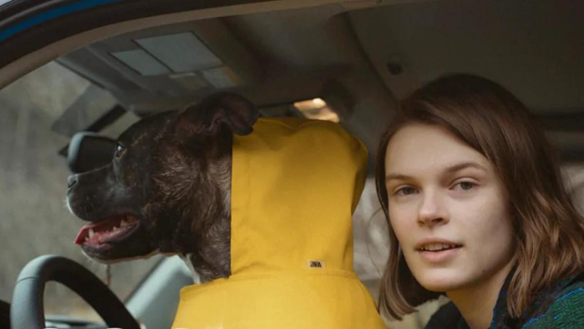 Cara Taylor, junto a su mascota, en una de las imágenes promocionales de la nueva colección de Zara.