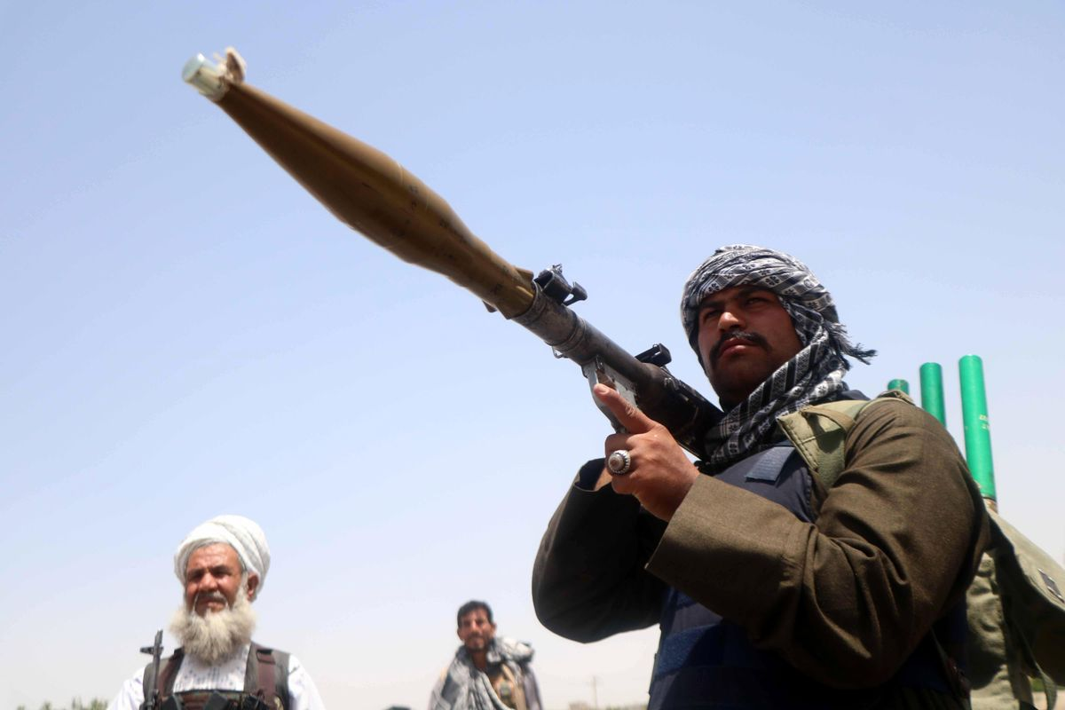 Las fuerzas de seguridad afganas protegen un control fronterizo.