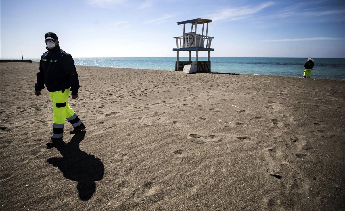 Personal de protección paisajística realiza controles en la playa de Ostia, en Roma, con motivo de la emergencia de coronavirus.