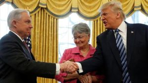 Trump saluda a Sessions en la Casa Blanca, el pasado mes de febrero.
