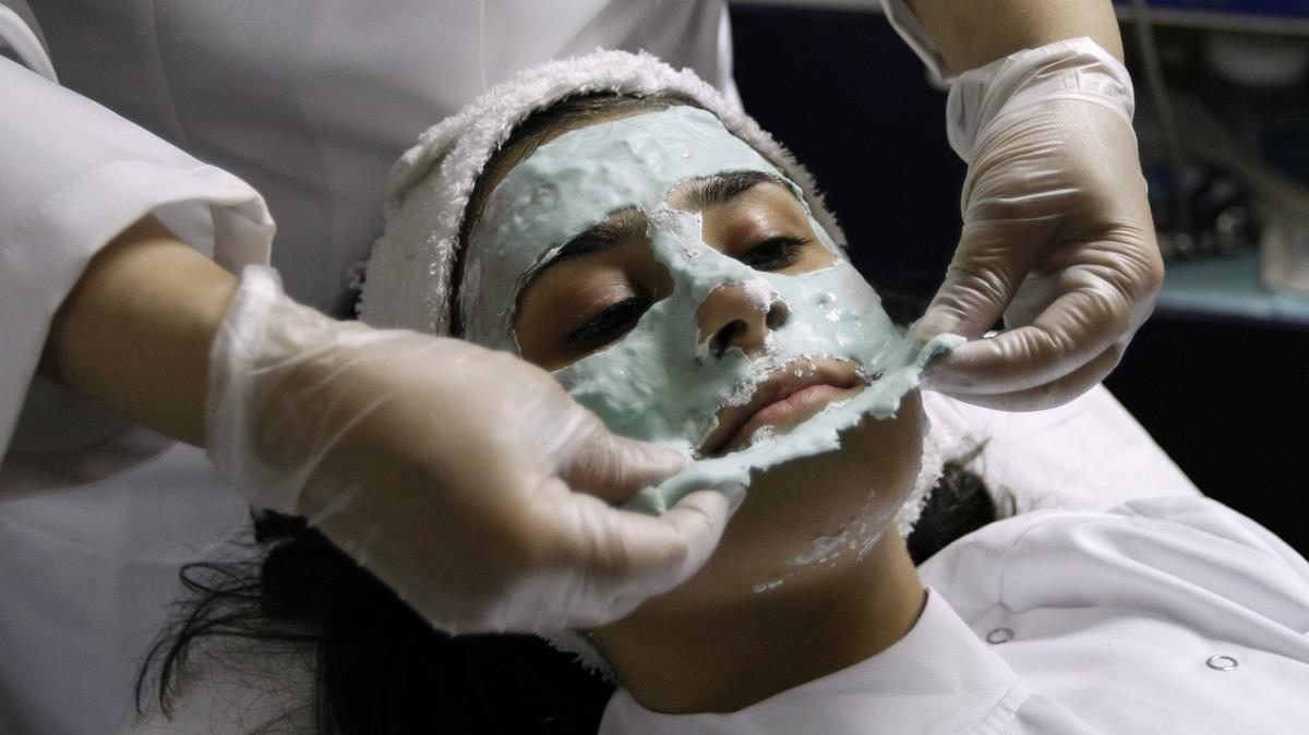Una mujer, tratada con cosméticos.