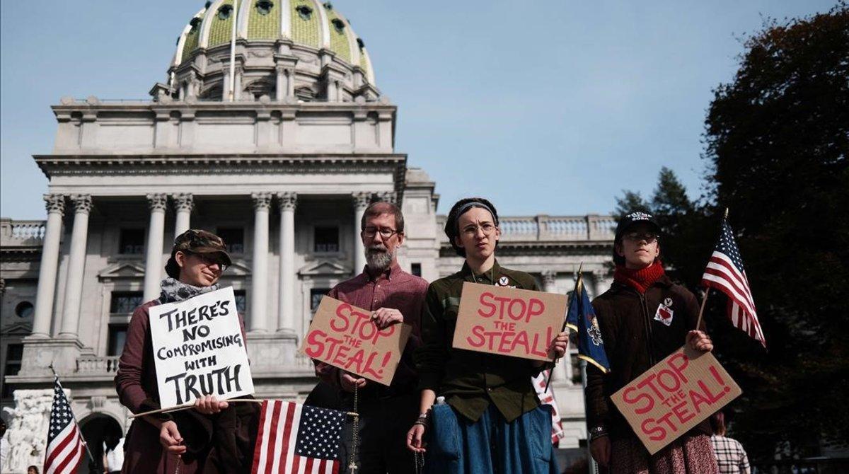 Manifestantes que piden parar los recuentos en Harrisburg (Pensilvania).
